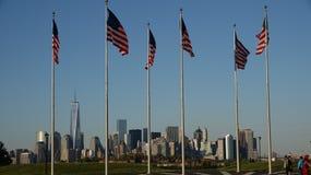 Bandeiras americanas e Lower Manhattan imagem de stock