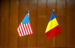 Bandeiras americanas e romenas da tabela Imagem de Stock