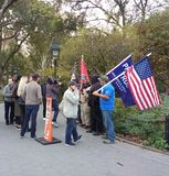 Bandeiras americanas e suportes do trunfo, Washington Square Park, NYC, NY, EUA Fotografia de Stock Royalty Free