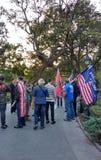 Bandeiras americanas e suportes do trunfo, Washington Square Park, NYC, NY, EUA Fotos de Stock