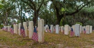 Bandeiras americanas em sepulturas dos soldados Imagem de Stock Royalty Free