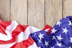 Bandeiras americanas na madeira velha para o fundo, imagem para 4ns do Dia da Independência de julho, o Dia dos presidentes, Mart fotografia de stock