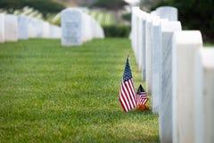 Bandeiras americanas na sepultura de mármore branca fotos de stock