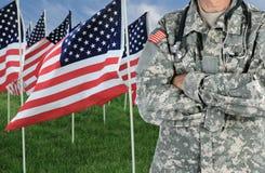 Bandeiras americanas no campo com soldado Medic foto de stock royalty free