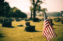 Bandeiras americanas no cemitério fotos de stock royalty free