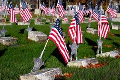 Bandeiras americanas no cemitério do memorial dos veteranos fotografia de stock