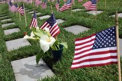 Bandeiras americanas no cemitério nacional fotografia de stock