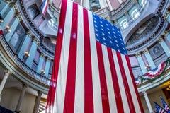 Bandeiras americanas no tribunal velho em St Louis do centro imagem de stock