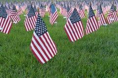 Bandeiras americanas pequenas em 9/11 de memorial imagem de stock