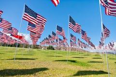 Bandeiras americanas que indicam em Memorial Day Imagens de Stock