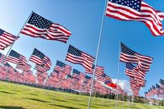Bandeiras americanas que indicam em Memorial Day Fotografia de Stock