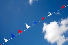 Bandeiras brancas e azuis vermelhas pequenas Fotos de Stock