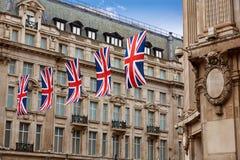 Bandeiras BRITÂNICAS de Londres na rua W1 de Oxford imagens de stock