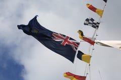 Bandeiras britânicas do monarquista do navio de treinamento no vento imagem de stock royalty free