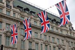 Bandeiras britânicas na rua fotos de stock
