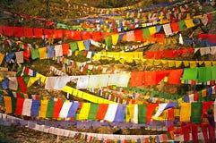 Bandeiras budistas coloridas da oração Fotografia de Stock Royalty Free