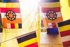 Bandeiras budistas coloridas da oração com a luz solar que brilha através do th Fotos de Stock