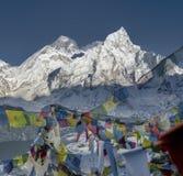 Bandeiras budistas coloridas das cimeiras de Everest e de Nuptse Imagens de Stock