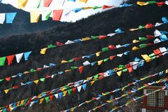 Bandeiras budistas coloridas em montanhas da neve de Shika no La de Shangri, Zhongdian, Xianggelila, Yunan, China imagem de stock royalty free