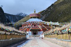 Bandeiras budistas coloridas em montanhas da neve de Shika no La de Shangri, Zhongdian, Xianggelila, Yunan, China imagens de stock