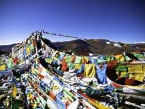 Bandeiras budistas da oração com céu azul Fotografia de Stock Royalty Free