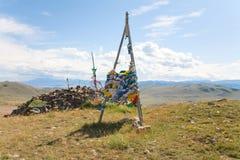 Bandeiras budistas da oração na passagem de montanha Imagens de Stock Royalty Free