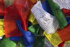 Bandeiras coloridas budistas da oração com mantras impressas Imagem de Stock Royalty Free