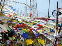 Bandeiras coloridas conforme os costumes butaneses que balançam no vento Imagem de Stock