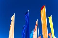 Bandeiras coloridas contra o céu azul Imagem de Stock