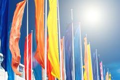 Bandeiras coloridas contra o céu azul Fotos de Stock Royalty Free