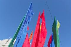 Bandeiras coloridas contra o céu azul claro fotografia de stock royalty free