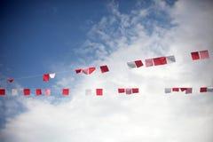 Bandeiras coloridas contra o c?u azul com nuvens brancas Conceito da celebra??o do ver?o fotografia de stock