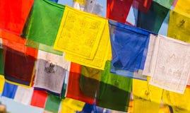 Bandeiras coloridas da oração budista com mantras Fotografia de Stock Royalty Free