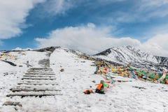 Bandeiras coloridas da oração na montanha da neve Imagem de Stock Royalty Free