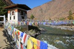 Bandeiras coloridas da oração na ponte antiga em Butão Foto de Stock