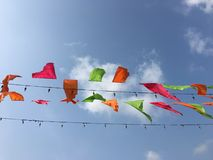 Bandeiras coloridas do triângulo no céu Imagem de Stock