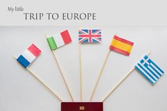 Bandeiras coloridas dos países: França, Itália, Inglaterra Reino Unido, Espanha, Grécia, plano de curso Cartaz com sinal Imagem de Stock