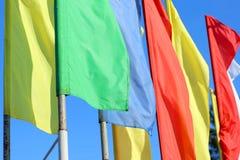 Bandeiras coloridas no fundo do céu azul Fotografia de Stock