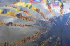 Bandeiras coloridas refletidas na água Fotos de Stock Royalty Free