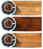 Bandeiras com os feijões e o copo Roasted de café Imagem de Stock
