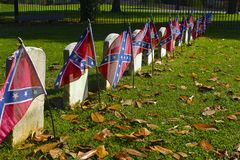Bandeiras confederadas em sepulturas da guerra civil Fotografia de Stock Royalty Free