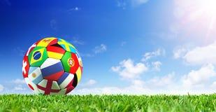 Bandeiras da bola de futebol na grama Fotos de Stock