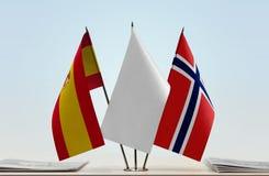 Bandeiras da Espanha e da Noruega fotografia de stock