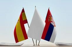 Bandeiras da Espanha e da Sérvia imagens de stock royalty free