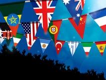Bandeiras da estamenha do mundo com a multidão sobre o fundo azul Imagens de Stock