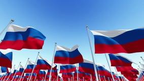 Bandeiras da Federação Russa que acena no vento contra o céu azul