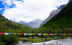 Bandeiras da montanha e da oração da neve Imagens de Stock