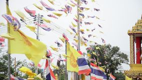Bandeiras da oração e bandeira de Tailândia e bandeiras reais de Tailândia no templo video estoque
