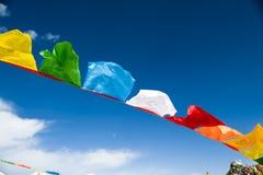 Bandeiras da oração e céu azul fotografia de stock royalty free