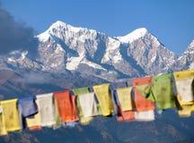 Bandeiras da oração e montagem Dudh Kund, vale de Khumbu Fotos de Stock